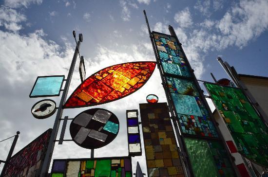 มอนเตกรอตโตเตอร์เม, อิตาลี: giochi di luce nel vetro, davanti al municipio