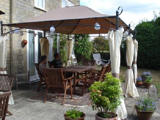Honeysuckle Cottage : Tea in the Garden