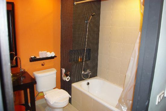Miramar Hotel Bangkok: salle de bain usée par le temps