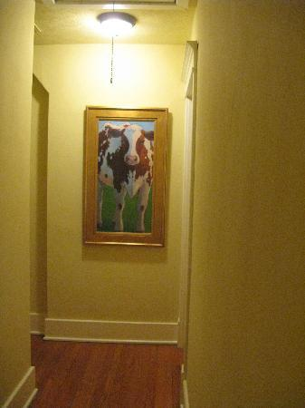Artist's House Bed & Breakfast: Hallway Art