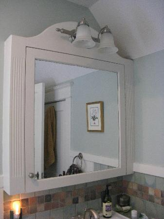 Artist's House Bed & Breakfast: Bathroom Mirror, Amenities Inside