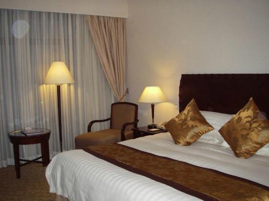 Hotel Equatorial Shanghai: Zimmer Bett