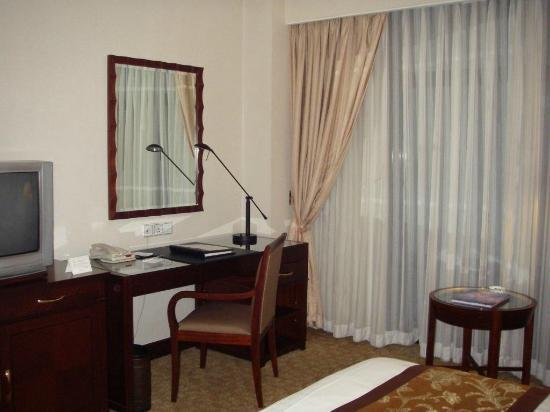 Hotel Equatorial Shanghai: Zimmer Schreibtisch