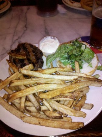 Moe's Crosstown Tavern: Hamburger and Fries !!!!