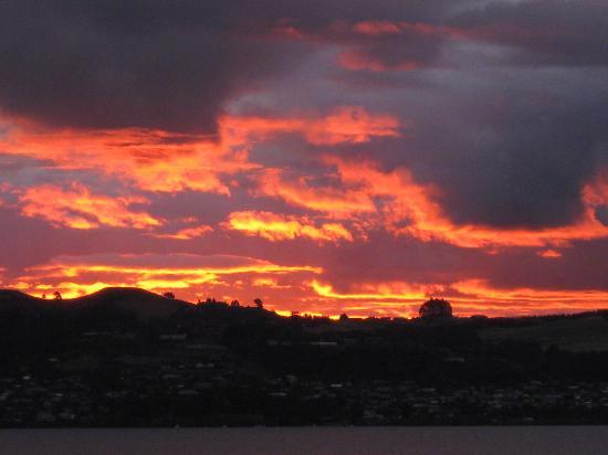 The Reef Resort: Sunset over Lake Taupo