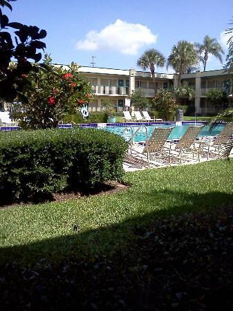 BEST WESTERN Downtown Stuart: walking by the pool