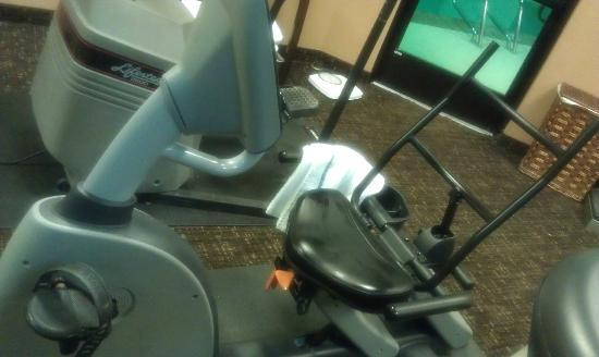 BEST WESTERN Elko Inn: Padding missing from seat and back of cycle machine