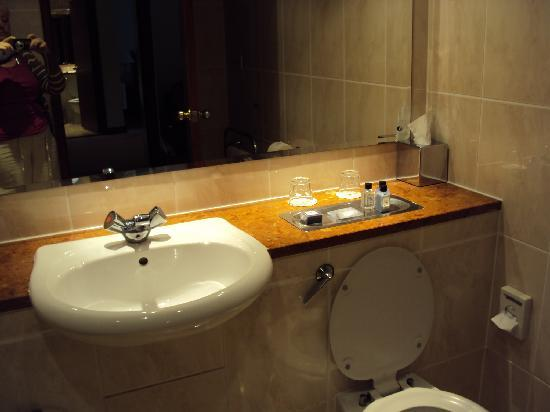 Macdonald Craxton Wood Hotel & Spa: clean and shiny bathroom