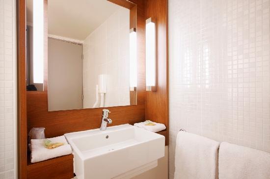 salle de bain picture of hotel campanile toulouse sud balma cite de l 39 espace toulouse. Black Bedroom Furniture Sets. Home Design Ideas