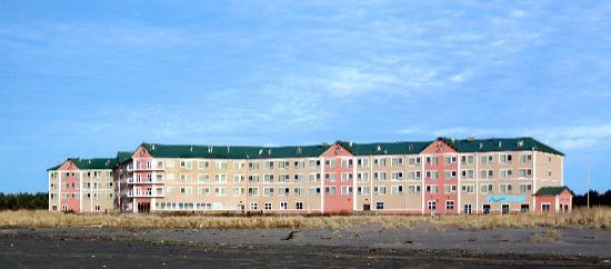 Quinault Beach Resort and Casino: Exterior from the beach
