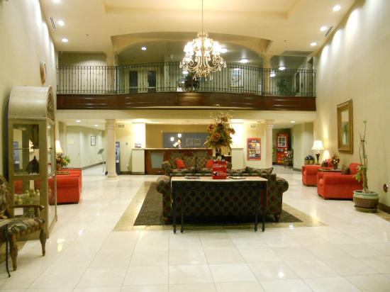 Holiday Inn Express Garden Grove: The beautiful lobby is very open and inviting.