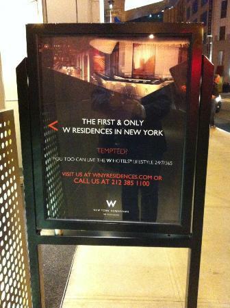 W New York - Downtown: W - auch die Werbung vor dem Hotel ist durchgestylt