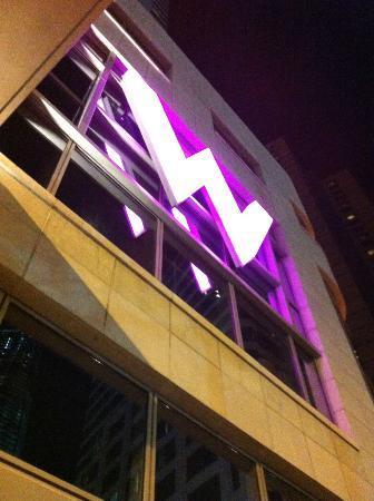 W New York - Downtown: Eingang bei Nacht