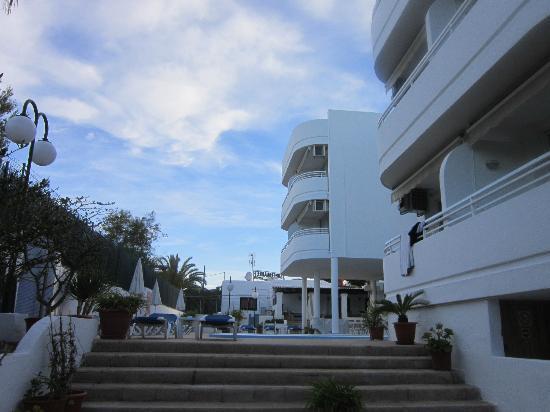 El Coto Apartments: Rooms and balconys