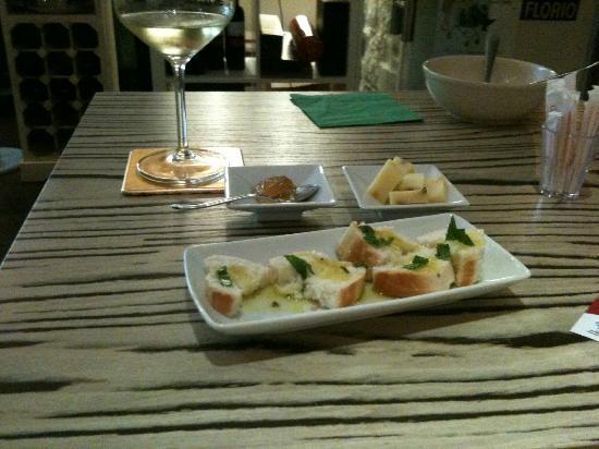 Almanera Puro - Lounge: Bruschetta with mint, Cheese & Gelatina di vino