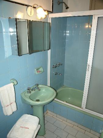 Gran Hotel Espana: Bathroom of front facing room