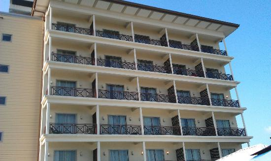 Courtyard Paramaribo: Looking up from the pool area at the rear of the hotel (the only rooms that have balconies)