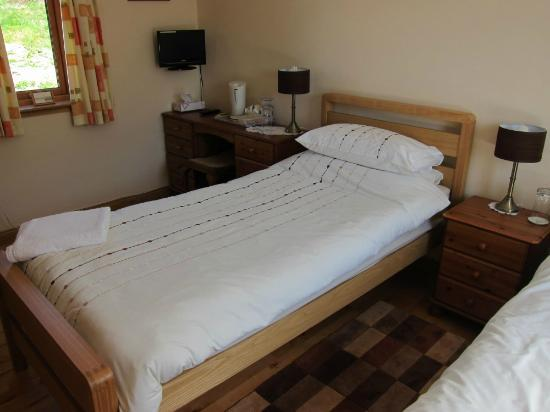 Springbank Bed & Breakfast: Single bed in the twin room.