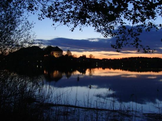 Schlosshotel Iglhauser: Blick auf das Schloss(hotel) bei Nacht