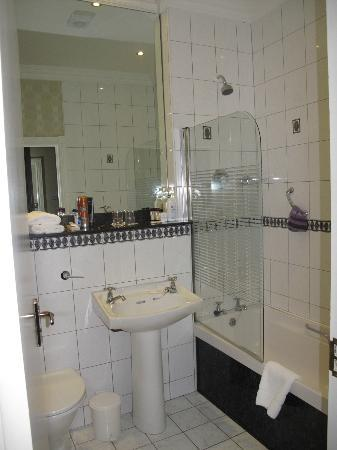 International Hotel Killarney: v.clean bathroom