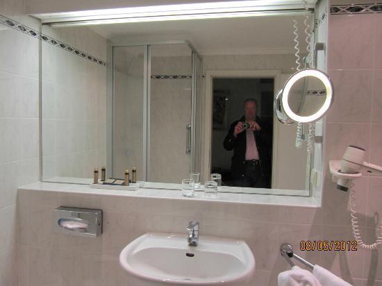Hotel Roma: bathroom