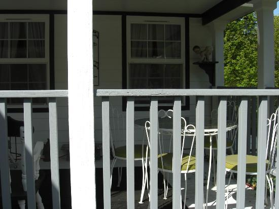 Rooster Hill Short Stay Suites: Front Porch