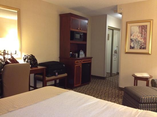 Holiday Inn Chicago Elk Grove: cozy sitting area and mini fridge and micro set up
