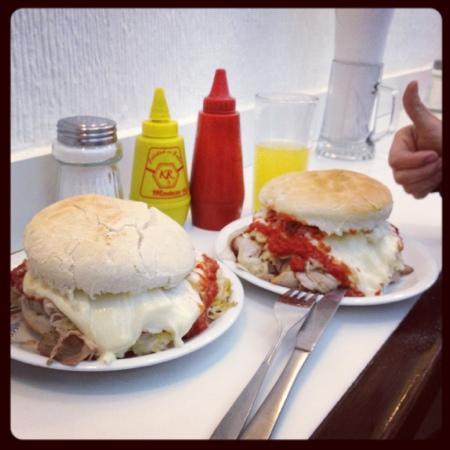 Fuente Alemana : lomo completo: Exquisito lomo,chucrut calentito,deliciosa salsa de tomate echa ahí y mayo casera