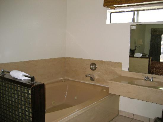 Jamestown Railtown Motel: Jacuzzi Tub