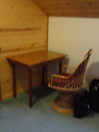 Holo Holo Inn: Table and chair in room