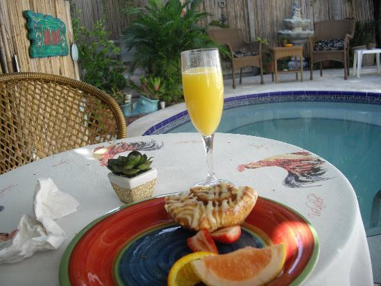 Seascape Tropical Inn: breakfast by the pool