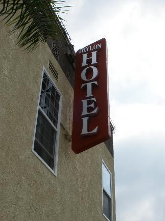 Trylon Hotel: Franklin St Signage