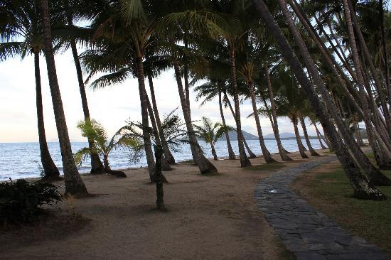 Grand Mercure Rockford Esplanade Palm Cove: Palm Cove - stunning! (only metres from the hotel)