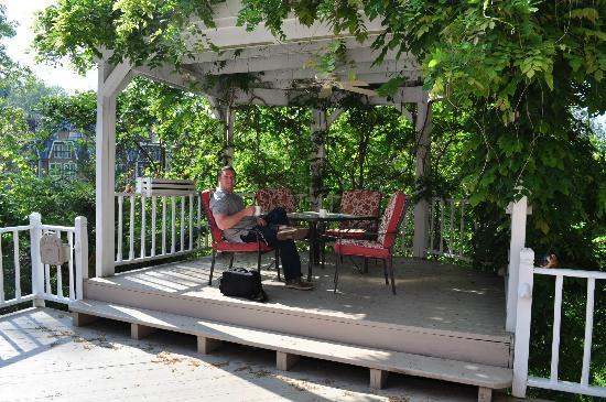 ‪‪Cedar Crest Inn‬: Porch off of the carriage house!‬
