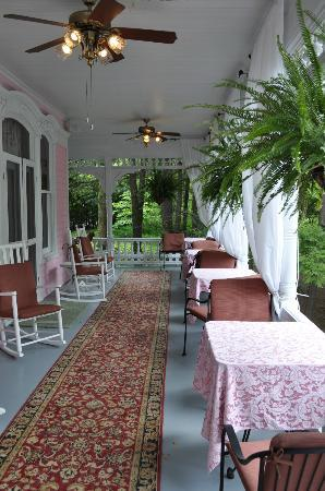 ‪‪Cedar Crest Inn‬: Beautiful Porch!‬
