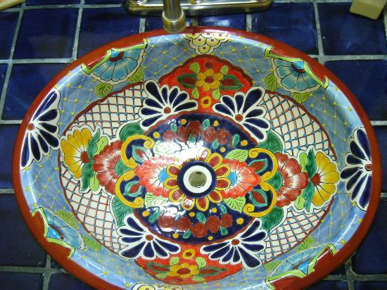 Hotel Hacienda Blue Bay: The striking bathroom sink.