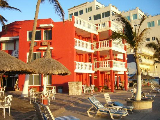 Hotel Hacienda Blue Bay: The color is somewhat startling, but it makes the place easier to find