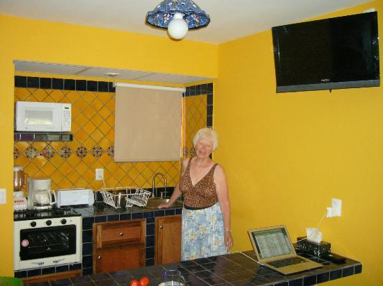 Hotel Hacienda Blue Bay: The kitchen is well equipped.