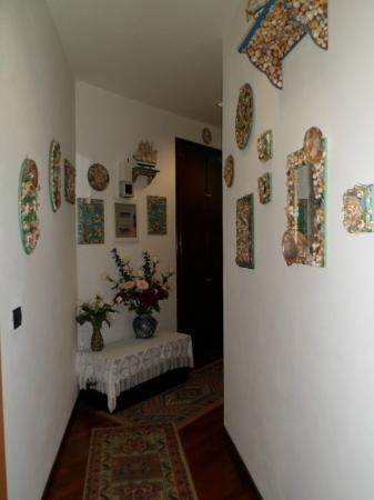 la rosa dei venti : Hall-way display of handcrafts.