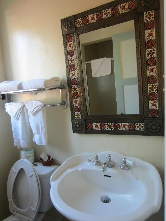 Los Padres Motel: bathroom