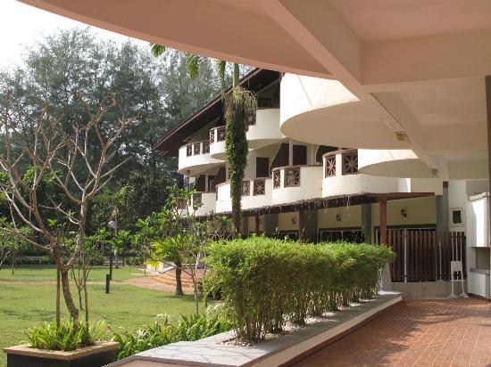 Lanjut Golden Beach & Golf Resort Kuala Rompin: Rooms facing the pool and sea