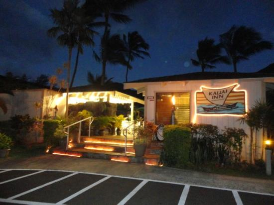 The Kauai Inn: Night view of entrance