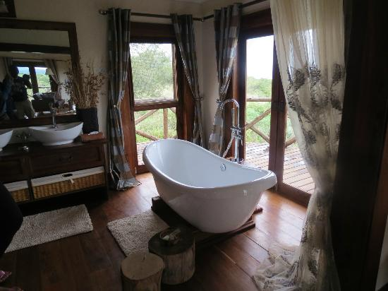Escarpment Luxury Lodge: The bath tub