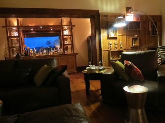 Escarpment Luxury Lodge: Bar area