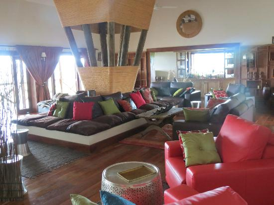 Escarpment Luxury Lodge: Long leather sofas