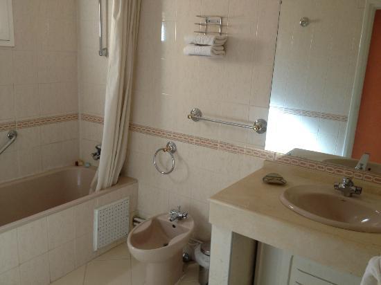 Hotel Le Berbere Palace : la belle salle de bain des années twiste ! oui nous somme dans une suite d'un Palace !!!