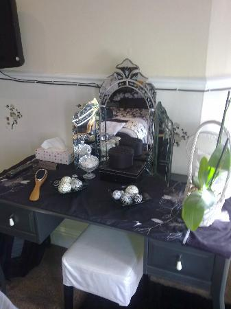 Parasol Guest House: Very dark and cluttered dressing Table