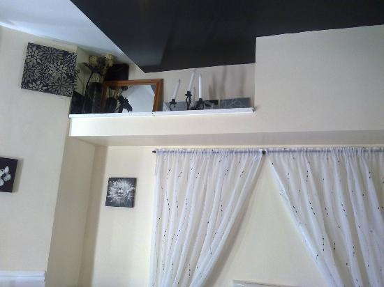 Parasol Guest House: Pointless shelf above the bed