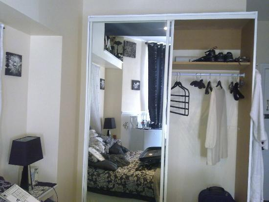 Parasol Guest House: huge wardrobe