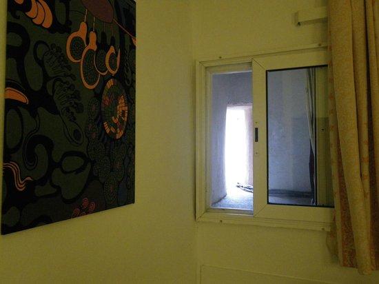 Hostal Palermo Barcelona : Fenêtre 20cm d'ouverture sur l'exterieur